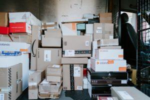 Immagine di un magazzino di giacenza per pacchi