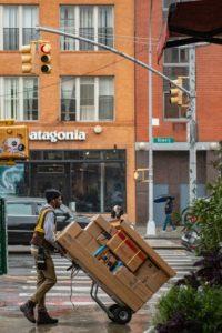 Operatore di corriere che prende in carico pacchi voluminosi da Spedire in Canada