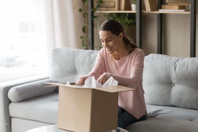 Donna preparando un pacco a casa