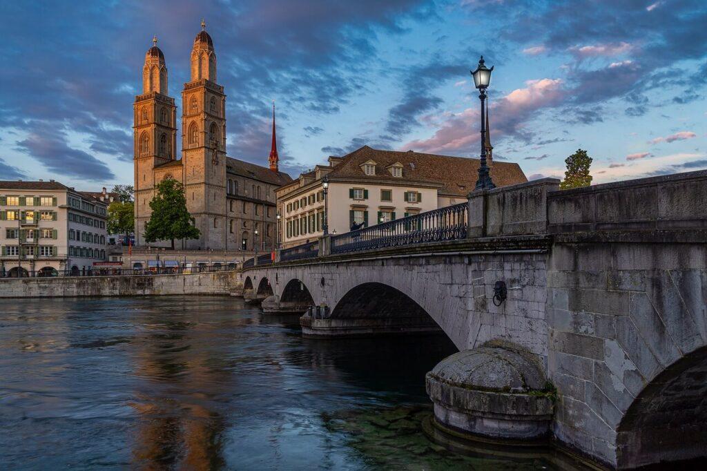Ponte Münsterbrücke e Wasserkirche a Zurigo