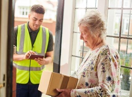 Il momento della consegna di un pacco a Manchester