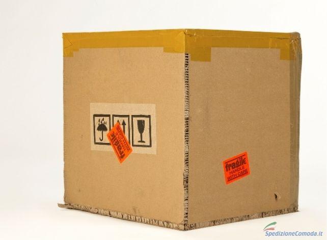 Un pacco grande con l'etichetta di fragile