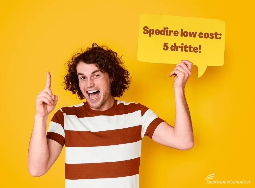 """Ragazzo con cartello dicendo """"spedire low cost: 5 dritte"""""""