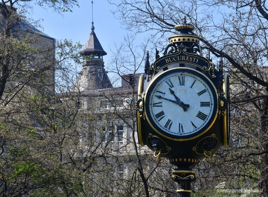 Il tipico orologio di Bucarest, meta di spedizioni in Romania