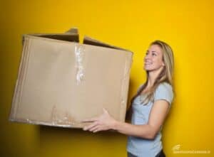 Consegna di un pacco voluminoso fatta da un corriere internazionale