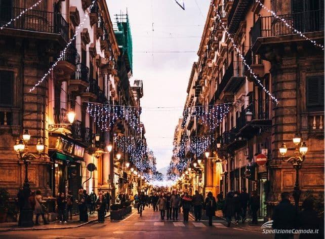 Via del centro storico di Palermo addobbata per Natale